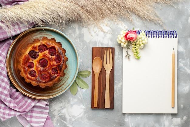 Draufsicht des köstlichen himbeerkuchens mit notizblock auf licht, kuchen süß backen kuchen