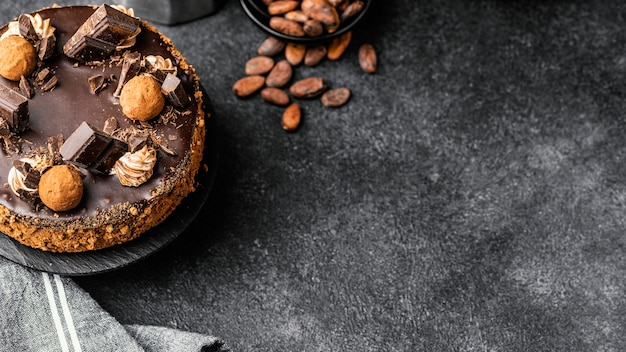 Draufsicht des köstlichen schokoladenkuchens auf ständer mit kopienraum