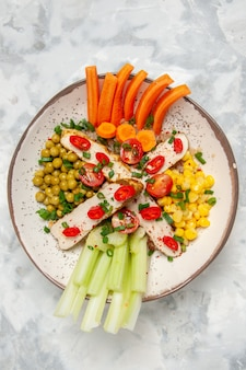 Draufsicht des köstlichen veganen salats auf einem teller auf befleckter weißer oberfläche