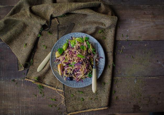 Draufsicht des kohlsalats auf dem tisch