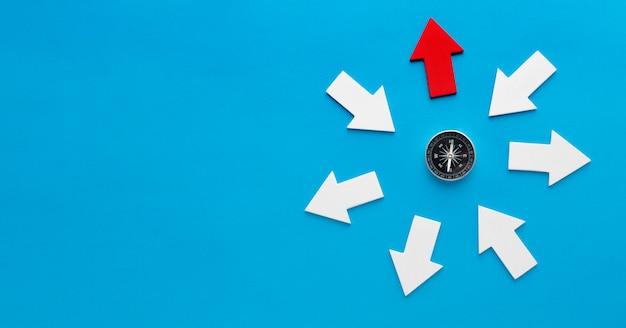 Draufsicht des kompasses mit pfeilen und kopierraum