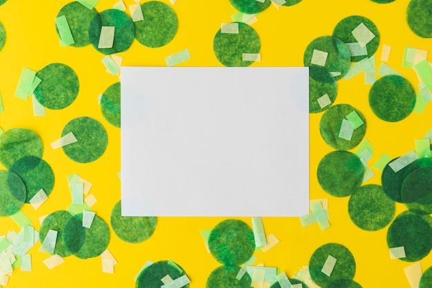 Draufsicht des konfettirahmens auf gelbem hintergrund mit kopienraum
