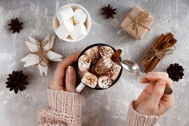 Draufsicht des konzepts der heißen schokolade
