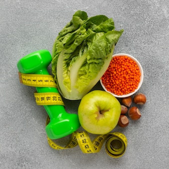 Draufsicht des kopfsalates mit apfel und gewicht