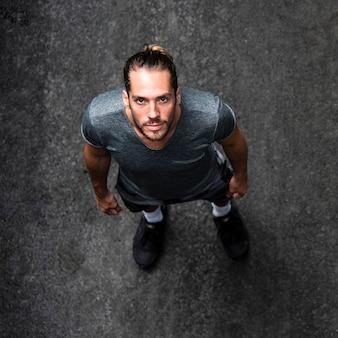 Draufsicht des läufers auf straße
