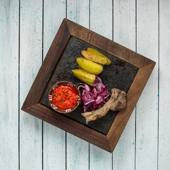 Draufsicht des lammrippenkebabs mit pommes-frites diente mit tomatensauce