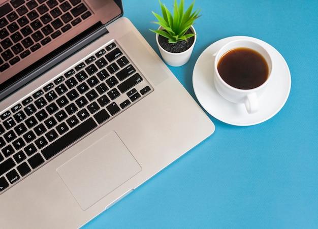Draufsicht des laptops mit kaffee