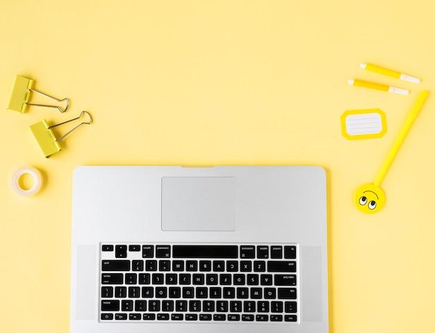 Draufsicht des laptops mit kopienraum