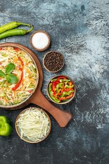 Draufsicht des leckeren salats mit frischem gemüse auf dunkler oberfläche