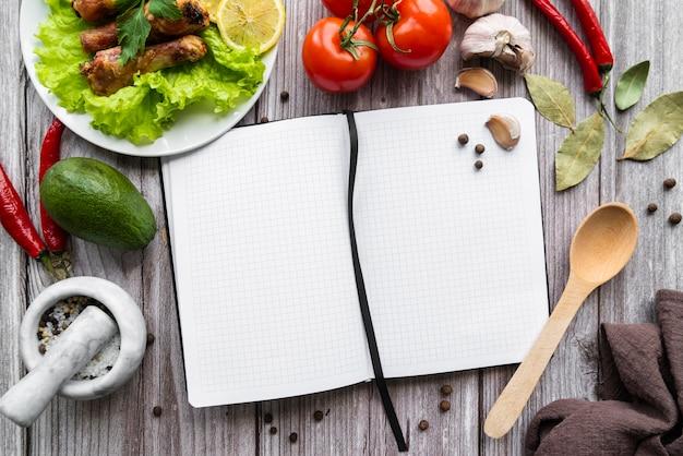 Draufsicht des leeren menüs mit tomaten und salat