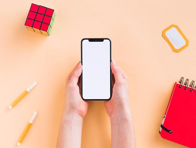 Draufsicht des leeren telefons und des notizbuches