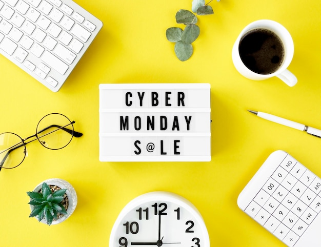 Draufsicht des leuchtkastens für cyber-montag mit tastatur und kaffee