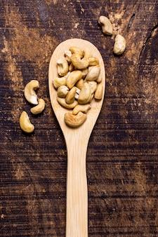 Draufsicht des löffels mit cashewnüssen
