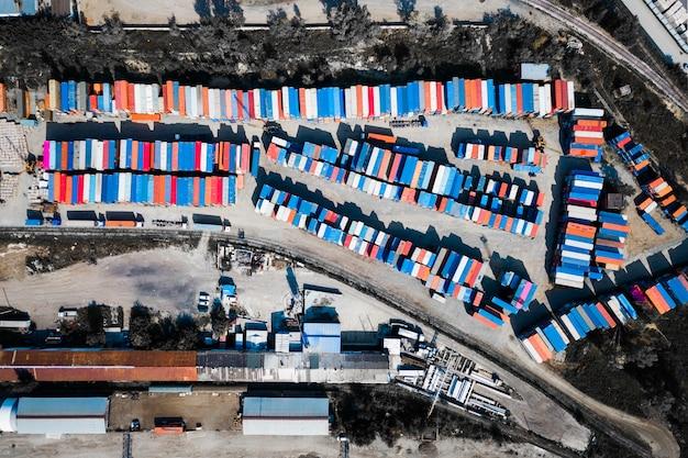 Draufsicht des logistikzentrums, eine große anzahl von behältern in verschiedenen farben für die lagerung von waren.