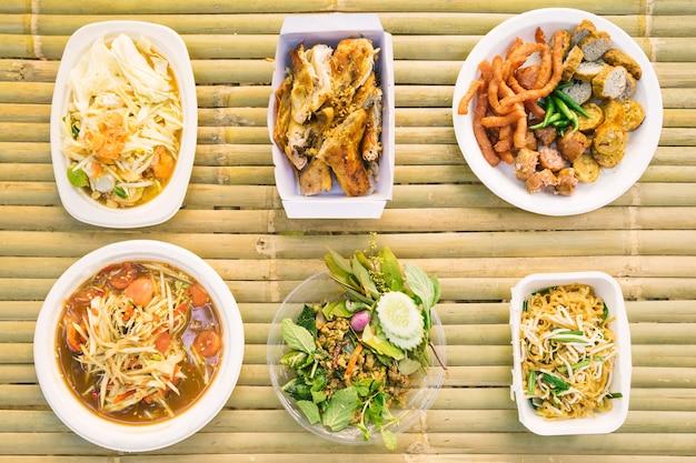 Draufsicht des lokalen thailändischen lebensmittels auf dem holztisch.