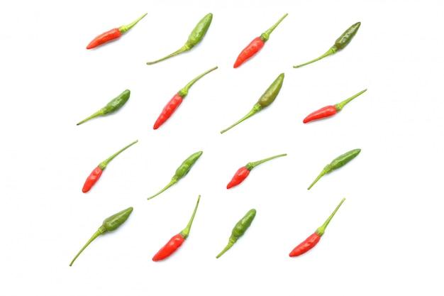 Draufsicht des lokalisierten roten und grünen frischen thailändischen paprikas vereinbarte in ordentliche reihen
