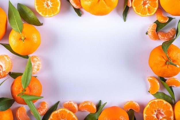 Draufsicht des mandarinenrahmens mit kopienraum auf weißer oberfläche