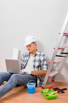 Draufsicht des mannes seinen laptop betrachtend