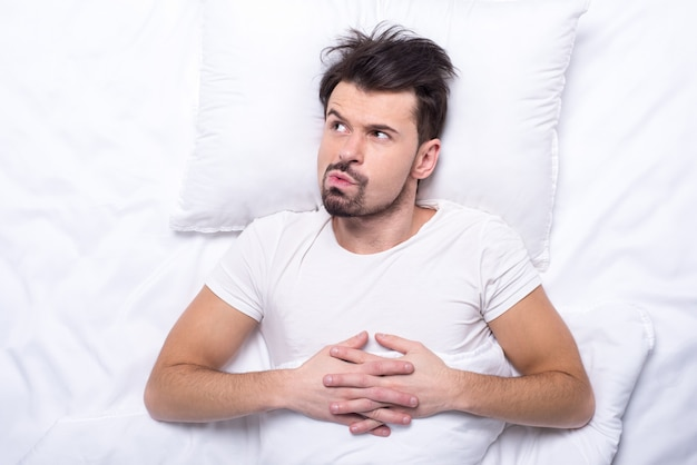 Draufsicht des mannes versucht einzuschlafen.