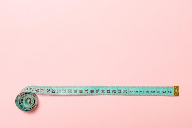 Draufsicht des maßbands in form von rahmen auf rosa