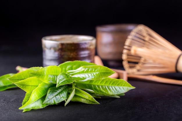 Draufsicht des matcha des grünen tees in einer schüssel auf holzoberfläche