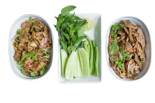 Draufsicht des menüs nordost-essen mit thailändischen aromen als geschnittener gegrillter rindfleischsalat, stanzschnitt auf weiß isoliert,