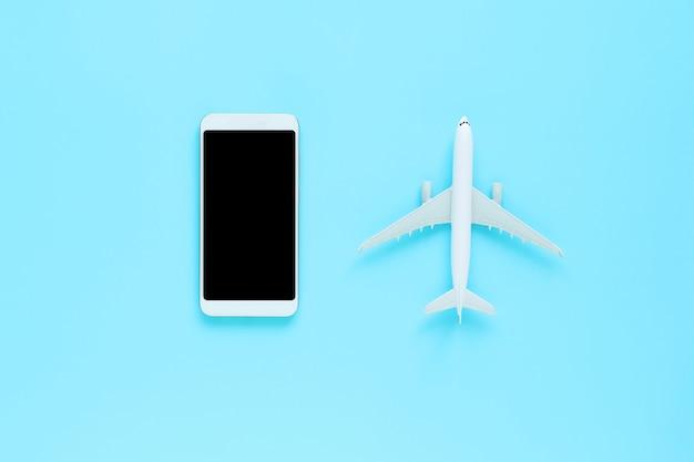 Draufsicht des mobiles und des flugzeuges auf blau lokalisiertem hintergrund mit kopienraum