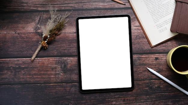 Draufsicht des mock-up-digital-tablets auf holztisch. leerer bildschirm für textnachrichten oder informationsinhalte.