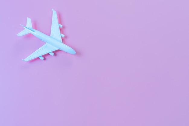 Draufsicht des modellflugzeugs, flugzeug auf lila