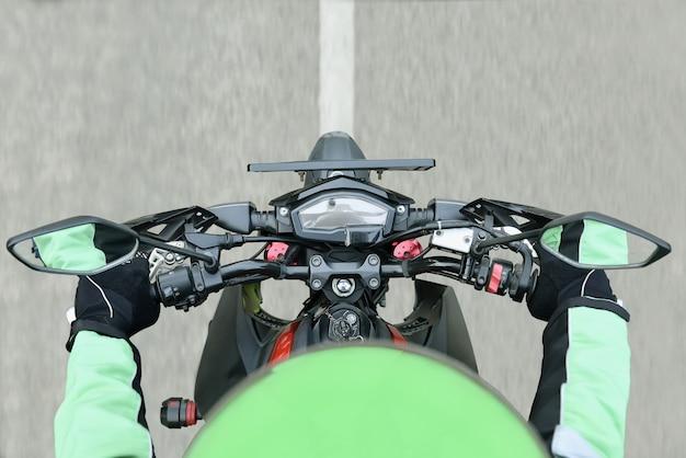 Draufsicht des motorradtaxifahrers beim reiten