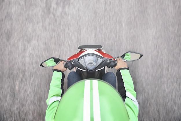 Draufsicht des motorradtaxifahrers