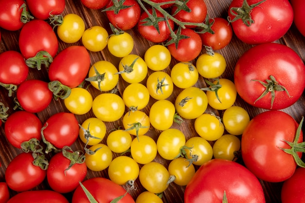 Draufsicht des musters von tomaten auf holz