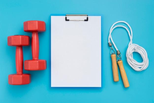 Draufsicht des notizblocks mit gewichten und springseil