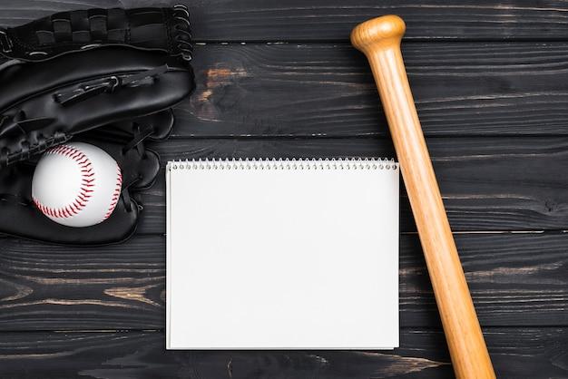 Draufsicht des notizbuches mit baseballschläger