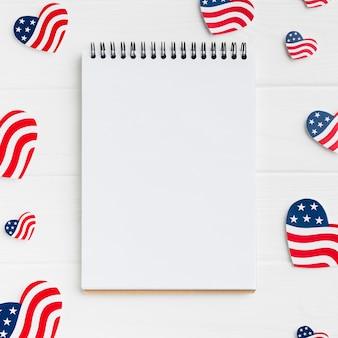 Draufsicht des notizbuchs mit amerikanischen flaggen