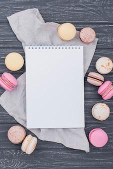 Draufsicht des notizbuchs mit macarons