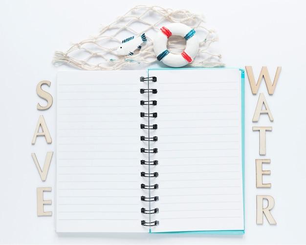 Draufsicht des notizbuchs mit nachricht und fischernetz