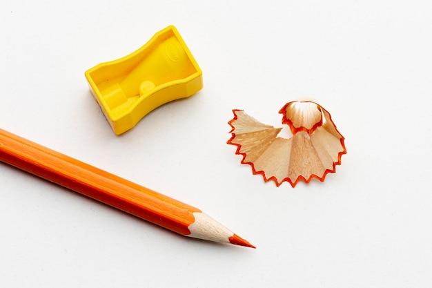 Draufsicht des orange bleistifts mit bleistiftspitzer