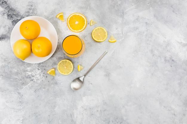 Draufsicht des orangensaftes mit kopienraum