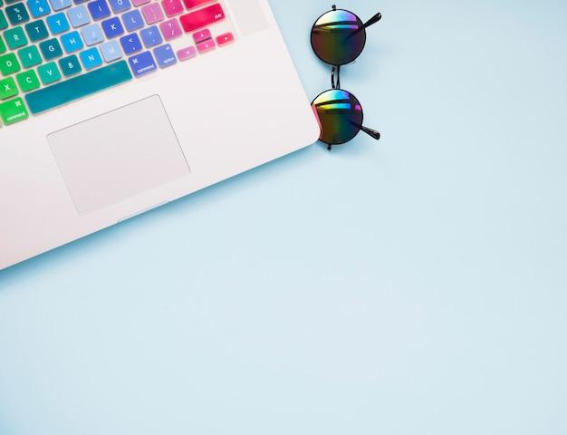 Draufsicht des ordentlichen schreibtisches mit laptop