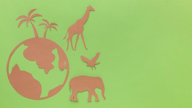 Draufsicht des papierplaneten mit papiertieren für tiertag