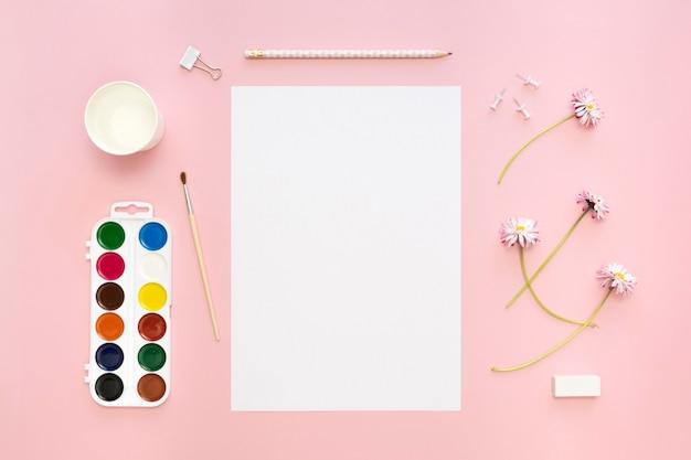 Draufsicht des papiers mit blumen und palette