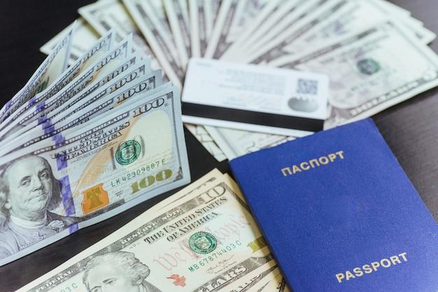 Draufsicht des passes mit dollar-banknoten auf hölzernem desktop.