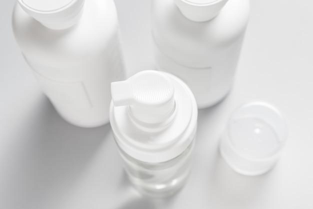 Draufsicht des plastikflaschenspenders auf grauem hintergrund
