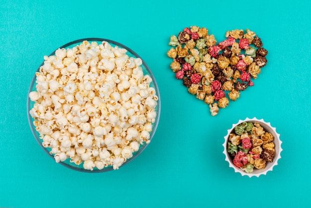 Draufsicht des popcorns in den schalen auf der blauen horizontalen