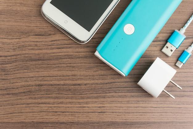 Draufsicht des powerbanks smartphone aufladend