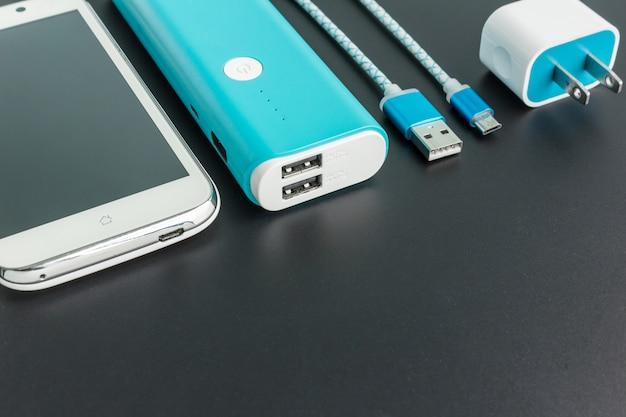 Draufsicht des powerbanks smartphone mit copyspace aufladend