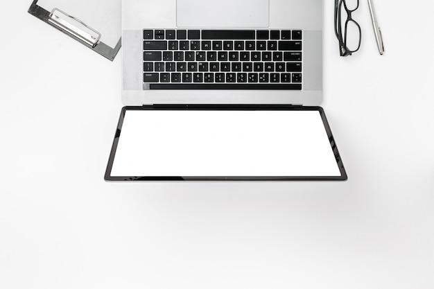 Draufsicht des professionellen digitalen marketing-büroarbeitsplatzes