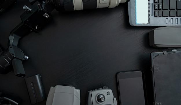 Draufsicht des professionellen fotografen und des videos der werkzeuge mit kamerazusatz auf hölzernem hintergrund