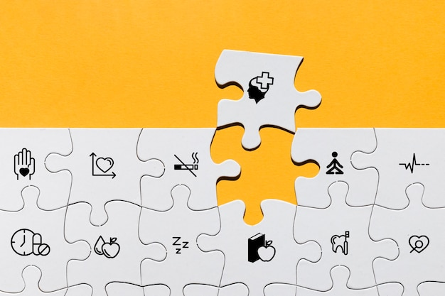 Draufsicht des puzzlespiels mit medizinischen ikonen